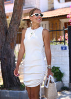 beyaz-yani-buzgulu-triko-elbise